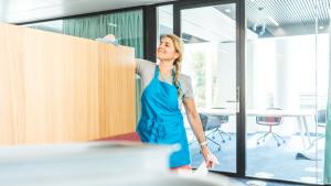 Une femme nettoyant des bureaux