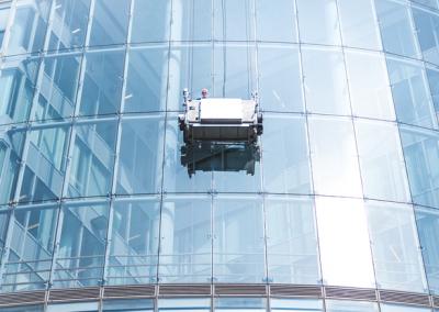 Des laveurs de vitres sur une nacelle élévatrice