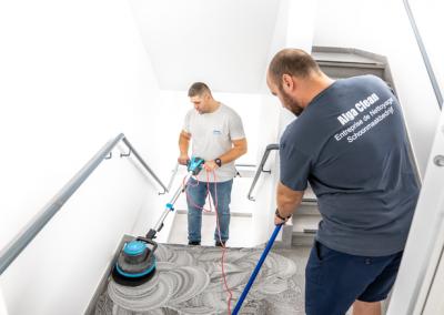 Nettoyage et lustrage de la cage d'escalier d'un immeuble à l'aide d'une autolaveuse