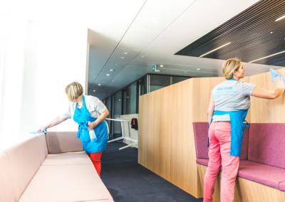 Deux femmes nettoyant des espaces de bureaux