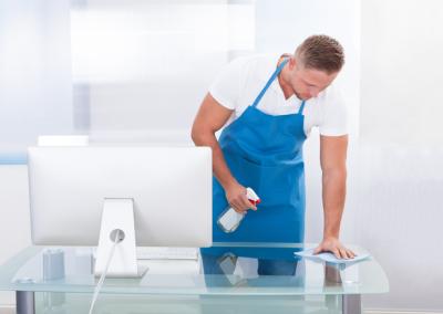 Nettoyage de la surface d'un bureau à l'aide de produits professionnels