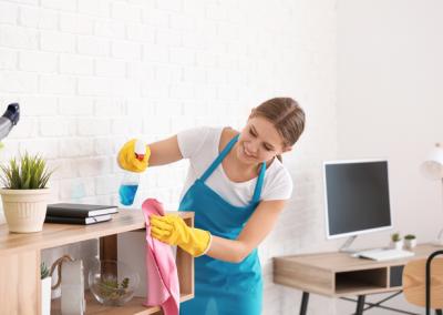 Une femme nettoyant des bureaux à l'aide d'équipements professionnels