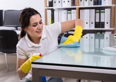 Nettoyage d'un bureau à l'aide de produits écologiques et d'équipements professionnels