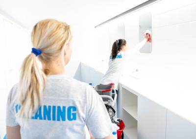 Deux collaboratrices lavant les sanitaires d'un bureau situé à Anvers
