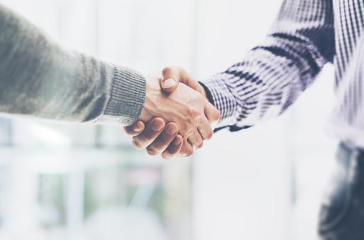 Deux personnes qui se serrent la main pour représenter la confiance que nos clients et collaborateurs nous accordent