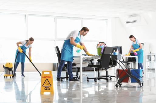 Une équipe de techniciens de surface nettoyant des bureaux de manière professionnelle et en respectant les normes de sécurité
