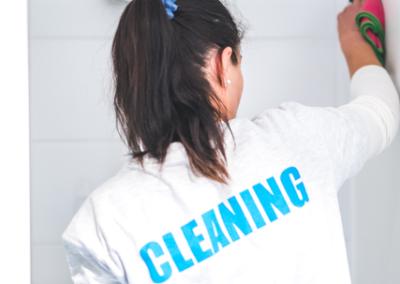 Une technicienne de surface nettoyant les sanitaires d'un bureau à Hasselt à l'aide de matériels professionnels